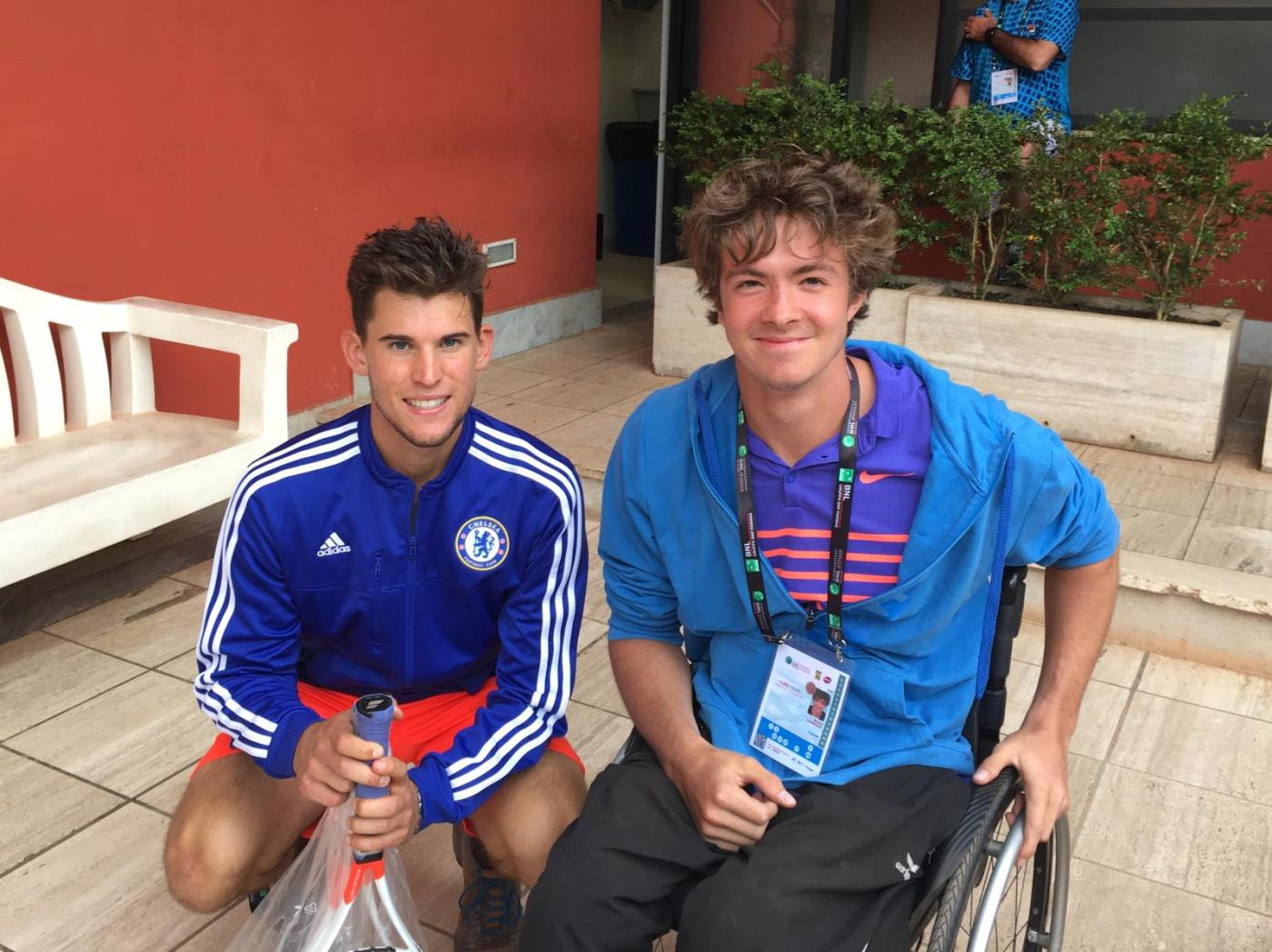 On the left kneeling Dominic Thiem, on the right in his wheelchair Nico Langmann.