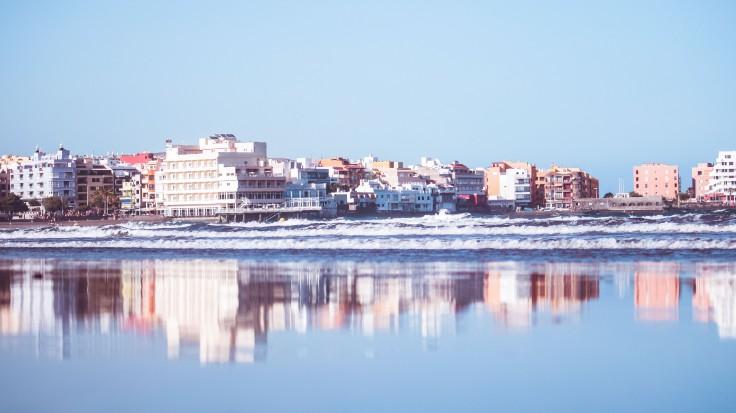 Größere Gebäudekomplexe direkt am Meer.