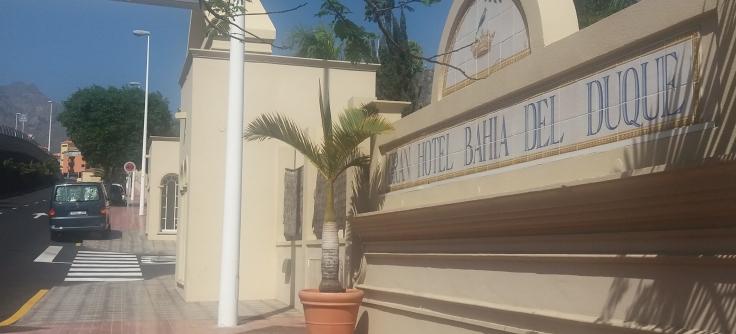 Einfahrt des Bahia del Duque. Rechts sieht man den Schriftzug des Hotels, links mein Auto halb auf dem Gehsteig.